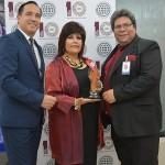 Ing. Walter Javier Umpierrez, hace entrega del Premio a la Excelencia a Gerentes del GRUPO MIC