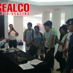 Oscar Atehortua de Sealco especialista en Sellado de Fluidos realiza una explicación practica a los Est. de la Universidad UTEPSA